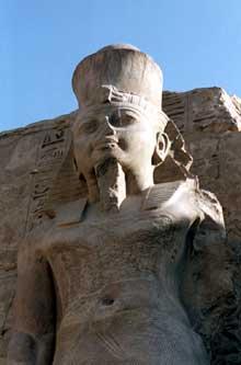 Ramsès III. Colosse du temple-reposoir su pharaon à Karnak, derrière le premier pylône. (Site Egypte antique)