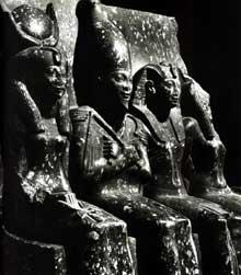 Abydos. Groupe de Ramsès IV assis entre Isis, Osiris et Horus. XXè dynastie. Granit. 1m39. Le Caire, Musée Egyptien. (Site Egypte antique)