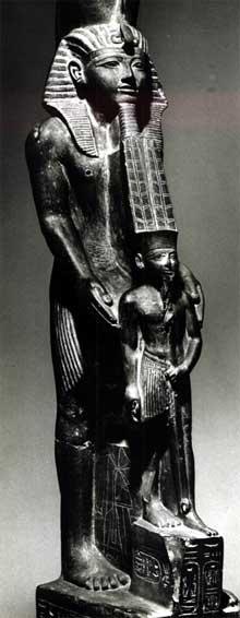Ramsès VI présentant l'effigie du dieu Amon. Karnak, cour de la cachette. XXè dynastie. Schiste, 92cm. Musée du Caire. (Site Egypte antique)