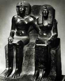 Groupe du pharaon Thoutmosis IV et de sa mère. Karnak, cour de la cachette. XVIIIè dynastie. Granit, 1m10. Le Caire, musée Egyptien. (Site Egypte antique)