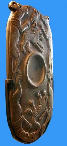 Egypte, culture de Nagada II: Grande palette à fard à relief, encadrée de quadrupes, hyènes ou lycaons. Musée du Louvre. (Site Egypte antique)