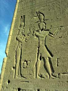 Dendérah: le temple d'Hator. Cléopâtre VII et son fils Césarion. (Site Egypte antique)
