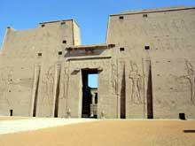 Edfou: le temple dédié à Horus: le pylône. (Site Egypte antique)
