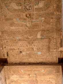 Edfou: le temple dédié à Horus: le pylône: représentation du ciel. (Site Egypte antique)