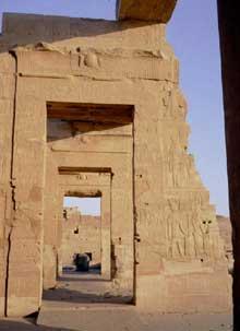 Edfou: le temple dédié à Horus: le pylône et la cour. (Site Egypte antique)