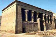 Esna: le temple de Khnoum et de Neith: la salle hypostyle. (Site Egypte antique)