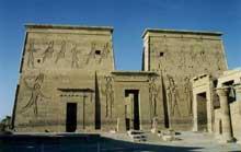 Philae: vue du temple, le pylône. (Site Egypte antique)