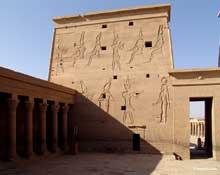 Philae: vue du temple, le pylône et la cour intérieure. (Site Egypte antique)