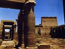 Philae: la cour intérieure du temple. (Site Egypte antique)