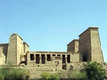 Philae: la cour entre les deux pylônes. (Site Egypte antique)