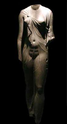 Statue féminine trouvée à Abousir: sans doute Arsinoé ou Isis. Basalte. (Histoire de l'Egypte ancienne)