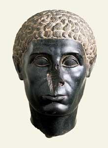 Tête d'un officiel égyptien, «la tête noire de Brooklyn». Vers 50 avant JC. Diorite. Brooklyn Museum, (Histoire de l'Egypte ancienne)
