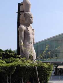 Statue de PtoléméeII érigée à l'origine à la porte du phare d'Alexandrie, récupérée des eaux et désormais devant la Bibliotheca Alexandrina. (Histoire de l'Egypte ancienne)