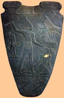 Palette du roi Narmer, face. Hiérakonpolis. Iè dynastie. New York Metropolitan museum of art.  (Site Egypte antique)