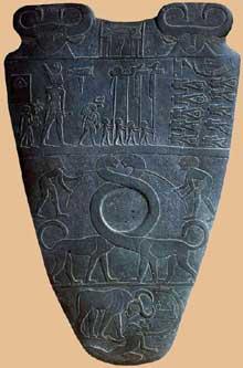 Palette du roi Narmer, dos. Hiérakonpolis. Iè dynastie. New York Metropolitan museum of art.  (Site Egypte antique)
