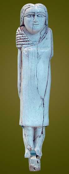 Femme au manteau. Epoque thinite. Musée du Louvre. (Site Egypte antique)