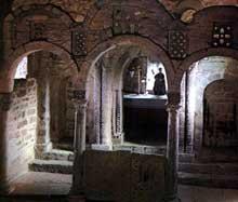 Santa Cristina de Lena: l'église. Les arcs séparant le chœur et le chancel. Vers 845