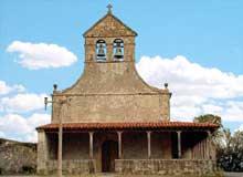 Santiago de Gobiendes: l'église est une des dernières réalisations de l'art asturien, édifiée entre 900 et 913. Elle sera profondément transformée en 1853 (portique et abside). Vue générale