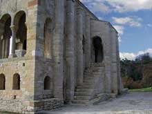 Santa Maria del Naranco: vue de la salle d'audience et des escaliers y menant. Vers 845