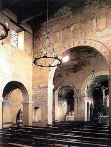 San Julian de los Prados à Santunallo: l'église. La nef et les fresques. Vers 840