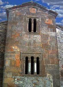 San Salvador de Valdedios: l'église. La façade orientale. Vers 893