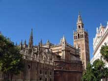 Séville: la cathédrale avec sa tour almohade, la Giralda