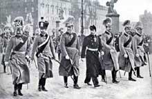 L'empereur GuillaumeII avec ses six fils Kaiser Wilhelm à Berlin le premier janvier 1913: de gauche à droite: l'empereur (1859-1941), le Kronprinz Guillaume (1882-1951), le Prince Eitel Friedrich (1883-1941), le prince Adalbert (1884-1948), le prince August Wilhelm (1887-1949), le prince Oskar (1888-1948), le prince Joachim (1890-1920)