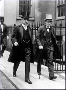 Robert Borden et Winston Churchill quittant l'Amirauté. Londres, 1912