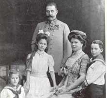 François Ferdinand (1863-1914), sa femme Sophie Chotek avec les trois premiers orphelins de la guerre