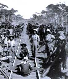 Colonialisme: la construction de la ligne de chemin de fer «Congo-Océan» reliant Brazzaville à Pointe (1921-1934) Noire sur quelque 500 kilomètre en traversant le massif montagneux du Mayombe. Une légende raconte qu'elle aurait coûté la vie à un Africain par traverse… Entre 17000 et 30000 «esclaves» congolais mais aussi indochinois y trouvèrent la mort