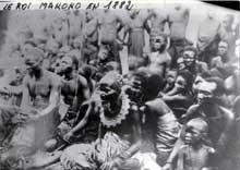 Le Congo, un des fleurons du colonialisme français: En 1880, le roi Téké Makoko Iloo, affaibli, à la tête d'un pays ruiné par la traite, «signe» à Mbé sur les plateaux au nord de Brazzaville actuelle, avec Savorgnan de Brazza, un traité dit de «protectorat» dont il ne comprenait aucunement la portée en vertu duquel, il cède à la France ses droits sur l'empire Téké