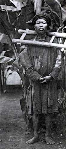 Un prisonnier indochinois condamné à porter la «cangue». 1908