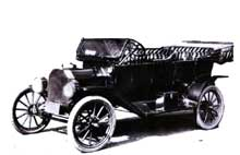Fruit du taylorisme, la célèbre «Ford T»: première automobile fabriquée en série, donc à coût modéré, elle connaît un immense succès: plus de 15 millions d'exemplaires sortent des usines de Detroit entre 1908 et 1927