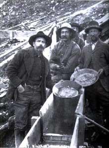 L'esprit d'aventure, le dynamisme personnel la liberté sont un autre facteur essentiel de la puissance américaine: chercheurs d'or en Alsaka dans les années 1900