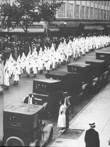 Parade du Ku Klux Klan à Richmond. Fondé le 24décembre 1865, le Ku Klux Klan est une organisation suprématiste blanche protestante des États-Unis d'Amérique. Classée à l'extrême-droite sur l'échiquier politique américain, elle n'a cependant jamais été un parti politique, mais plutôt une organisation de défense ou de lobbying des intérêts et des préjugés des éléments traditionalistes et xénophobes des citoyens blancs protestants, les White Anglo-Saxon Protestant (WASP) en tant que communauté «ethnico-religieuse».