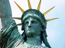 «Donnez-moi vos pauvres foules fatiguées et entassées qui aspirent à vivre librement, les misérables rebuts de vos côtes fourmillantes. Envoyez-les moi ces sans-abri ballottés par la tempête. Je lève ma lampe et éclaire la Porte Dorée». Poème d'Emma Lazarus gravé au pied de la statue de la Liberté (1886)
