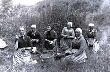La pause des paysannes beauceronnes pendant les travaux des champs au début du XXè siècle. Jeunes ou vieilles, les femmes participent aux durs travaux des récoltes