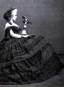 La haute bourgeoisie française: La «Comtesse» de Castiglione, née Virginia Elisabetta Luisa Carlotta Antonietta Teresa Maria Oldoïni, (1837-1899), mondaine, maîtresse de NapoléonIII, entremetteuse, élégante, espionne, modèle préféré du photographe Pierre Louis Pierson