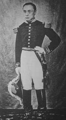 Yoshinobu Tokugawa, le dernier des Shogun (1866-1867), tente vainement de moderniser le Japon. Il sera obligé de démissionner face au pouvoir impérial. Ici, il pose en uniforme militaire français