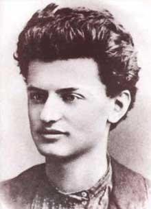 Lev Davidovitch Bronstein du Léon Trotsky (1979-1940): d'abord partisan des Mencheviks, il se rallie rapidement aux thèses de Lénine. Photo de 1897