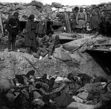 Guerre russo-japonaise: soldats enterrant des militaires japonais. Bien que vainqueur, le Japon eut à souffrir de plus de pertes humaines que son adversaire