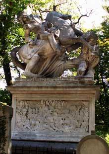 David d'Angers: Tombe du général Jacques Nicolas Gobert au cimetière du Père-Lachaise. Sur le socle, un bas-relief représentant la bataille de Famars