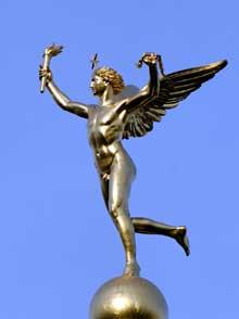 Augustin Dumont: Le Génie de la Liberté au sommet de la Colonne de Juillet sur la place de la Bastille. Bronze doré, 1833. H. 4 m (13 ft. 1 ¼ in.). Copie en bronze au Louvre