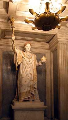 Pierre Charles Simart: NapoléonI en costume de Sacre. Marbre. Dôme et église Saint-Louis des Invalides.Dôme et tombeau de Napoléon Ier