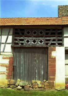 Alteckendorf, pays de Hanau. Porte de grange avec motifs symboliques. (La maison alsacienne)