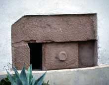 Albé: soupirail à pierre coulissante. (La maison alsacienne)