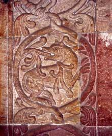 Andlau: détail du piédroit du portail de l'abbatiale: décors floraux avec animal