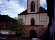 Andlau, abbatiale sainte Richarde: le massif occidental. On distingue la frise sculptée au dessus du portail