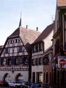 Benfeld, une rue du centre ville. (La maison alsacienne)