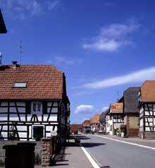 Betschdorf: rue principale. (La maison alsacienne)